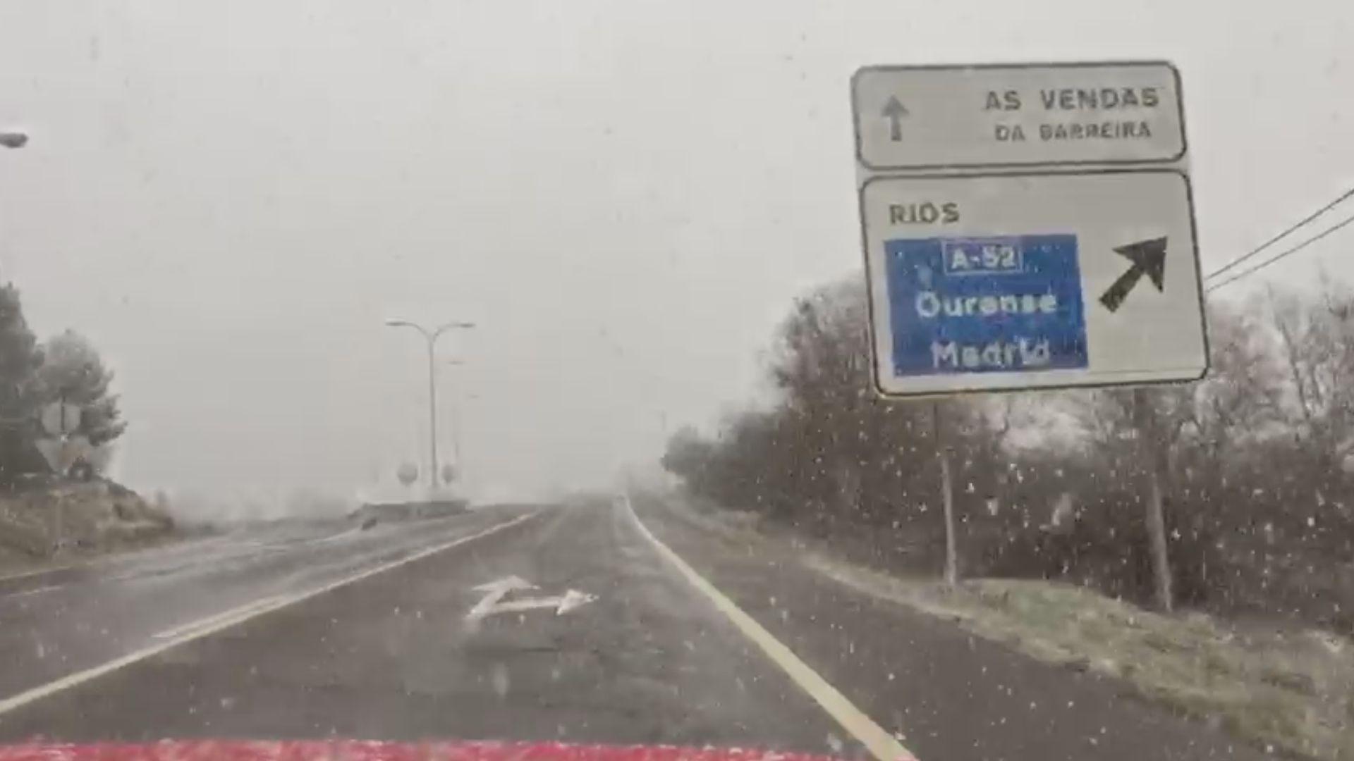 La nieve acompaña a los conductores en muchos puntos de la provincia de Ourense.O Cebreiro es actualmente el lugar que más visitantes recibe atraídos por la nieve