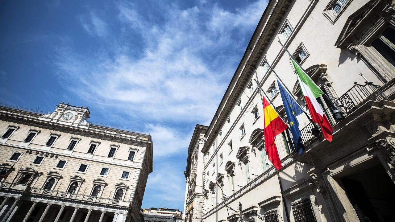 .Las banderas de España, la Unión Europea e Italia ondean a media asta en la entrada del Palacio Chigi en Roma