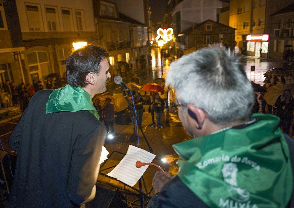 Jorge Mira y el alcalde muxián, Félix Porto, durante el pregón, que estuvo pasado por agua.