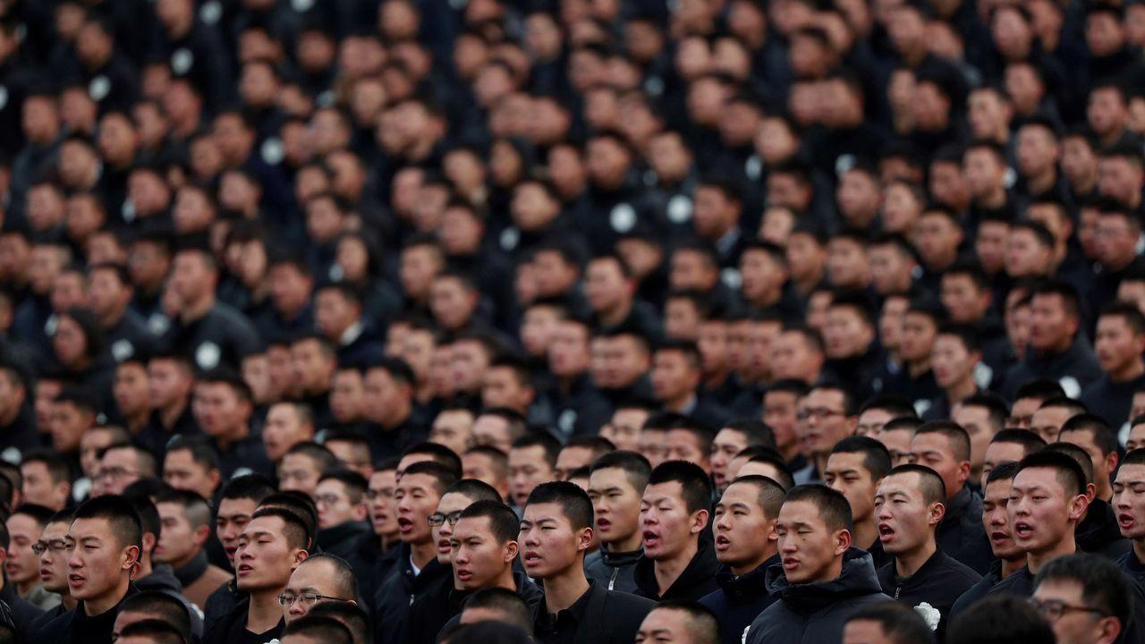 Civiles chinos asisten a la ceremonia conmemorativa que homenajea a las víctimas de la masacre de Nanjing