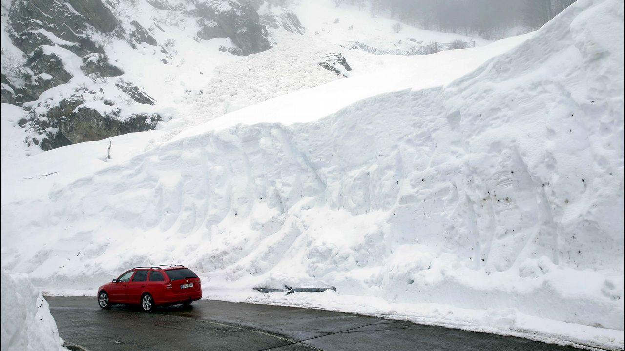 La carretera del puerto asturiano de San Isidro bajo la nieve