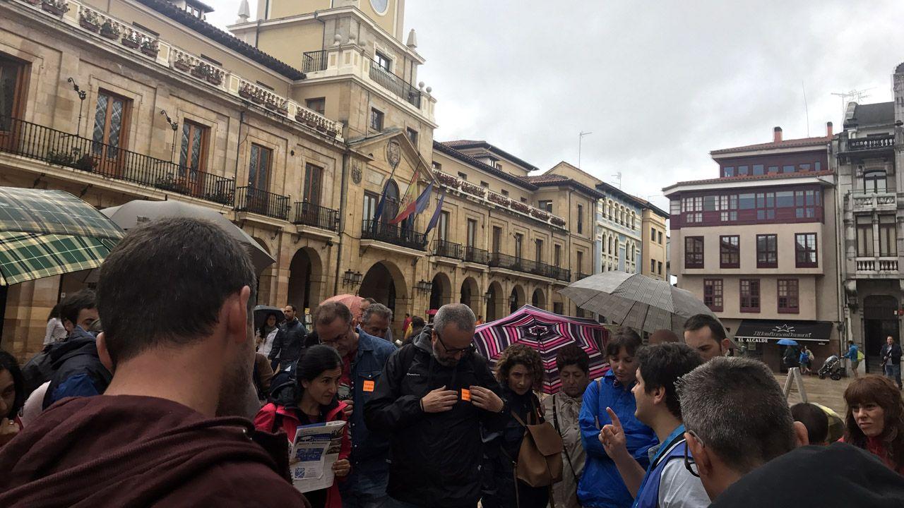 Recta final deloperativo de rescate en Totalán.Un grupo de turistas participa en una visita guiada oficial en Oviedo