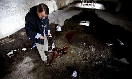 Fernando muestra el lugar del accidente en el sótano de un edificio de Karpin en Santa Marta.