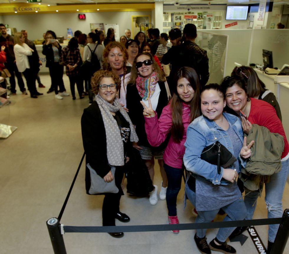 El concierto, en imágenes.Paula Suárez, cantante de la orquesta Metrópolis de Cambre y apasionada de la música, latina fue de las primeras en comprar por Internet entradas para el concierto de Marc Anthony, mientras otras fans esperaron en vano una cola para adquirir las localidades.