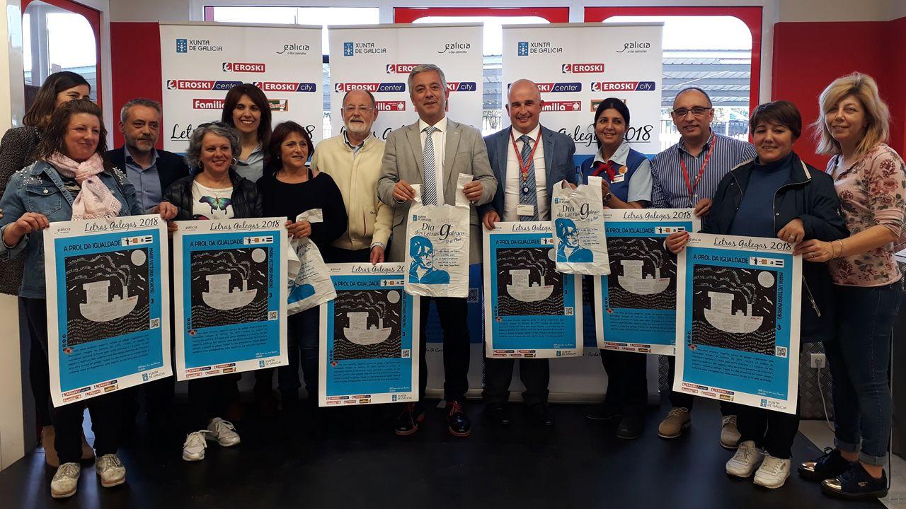 Clientas, personal de tienda y directivos de Vegalsa-Eroski, acompañados de autoridades de la Xunta de Galicia y la Real Academia Galega durante la celebración do acto conmemorativo
