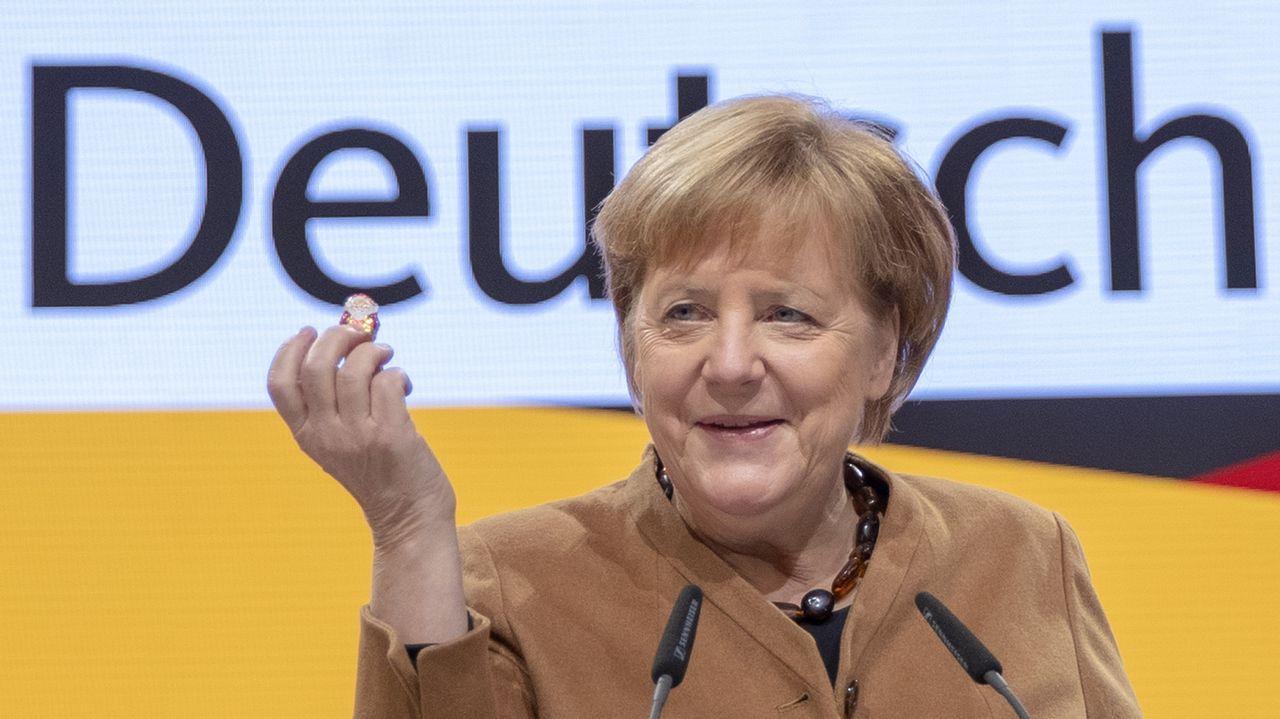 Annegret Kramp-Karrenbauer será la sucesora de Angela Merkel en la CDU.Un policía alemán con refugiados sirios en Múnich, en la crisis migratoria del 2015