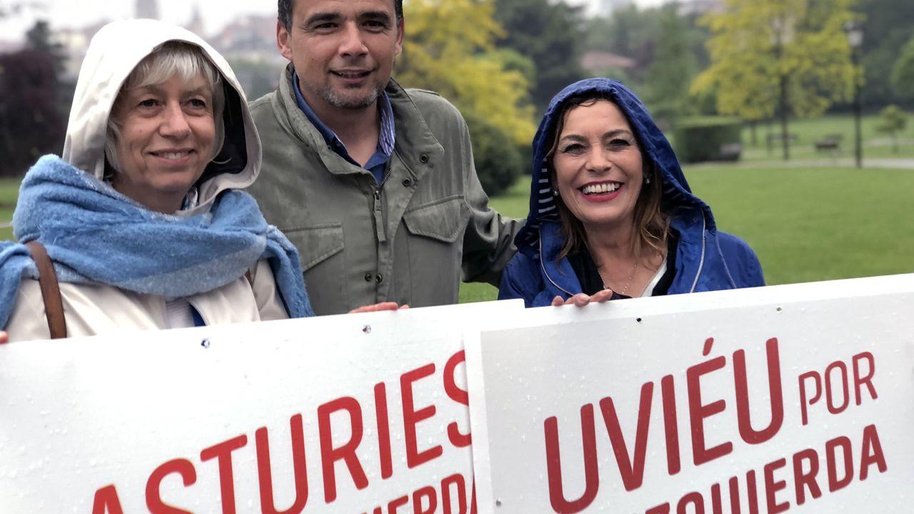 Ángela Vallina posa bajo la lluvia con Concha Masa e Iván Álvarez