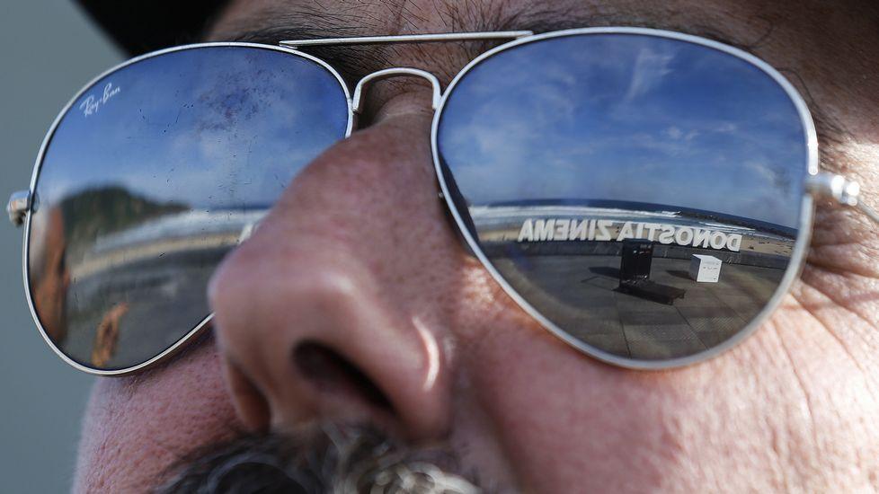 Reflejo de unas gafas de sol de uno de los carteles colocados para un photocall de la 64 eidicón del festival.
