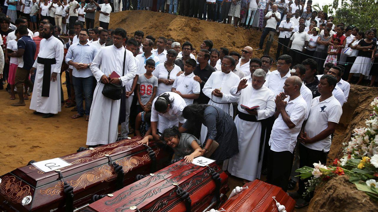 Llegan a Padrón los cuerpos de los gallegos asesinados en Sri Lanka.Tristeza y dolor en Pontecesures. La familia de Alberto Chaves recibió el cariño de cientos de sus vecinos en la concentración para condenar el atentado que sesgó sus vidas en Sri Lanka