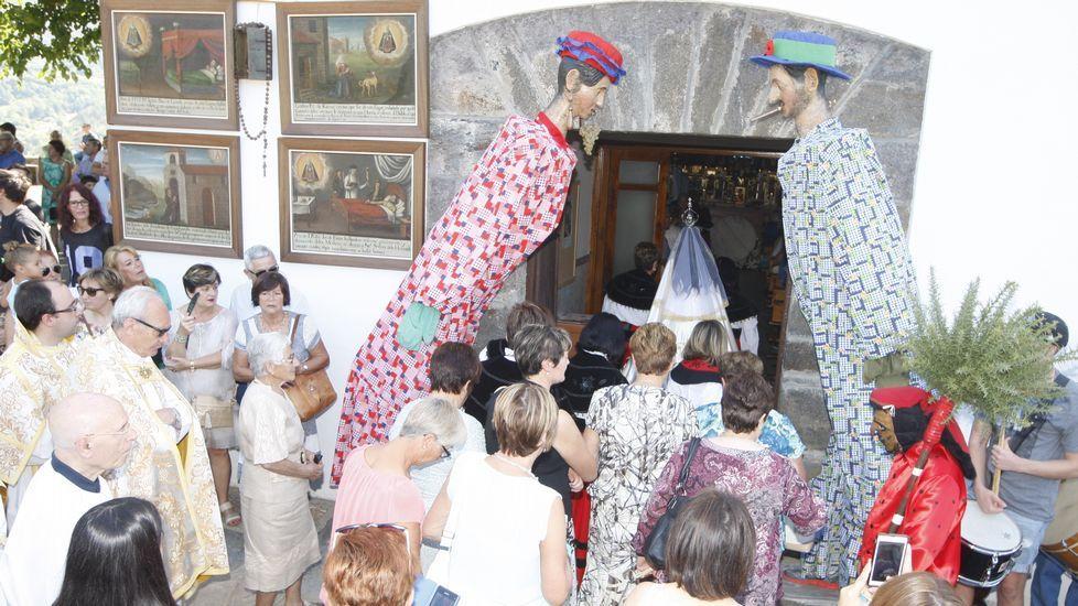 Las Pampórnigas y el Meco saludaron el paso de la Virgen de los Remedios en la puerta de la iglesia de A Ermida
