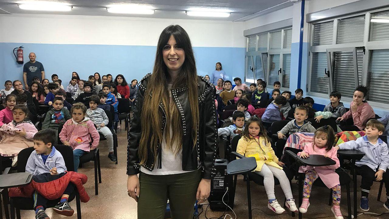 Marisa Valle Rosso en el Colegio Público La Llamiella.A la izquierda el Equipo Moscovitas de Rialto y José Luis Pico con los otros dos ganadores de la I Carrera de ciclismo máster en El Franco, a la derecha