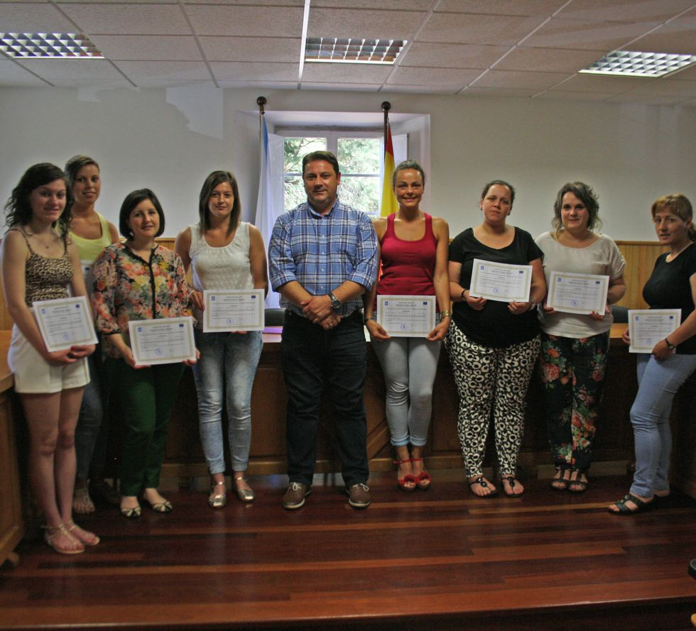 .Varias de las alumnas posan con el certificado en mano