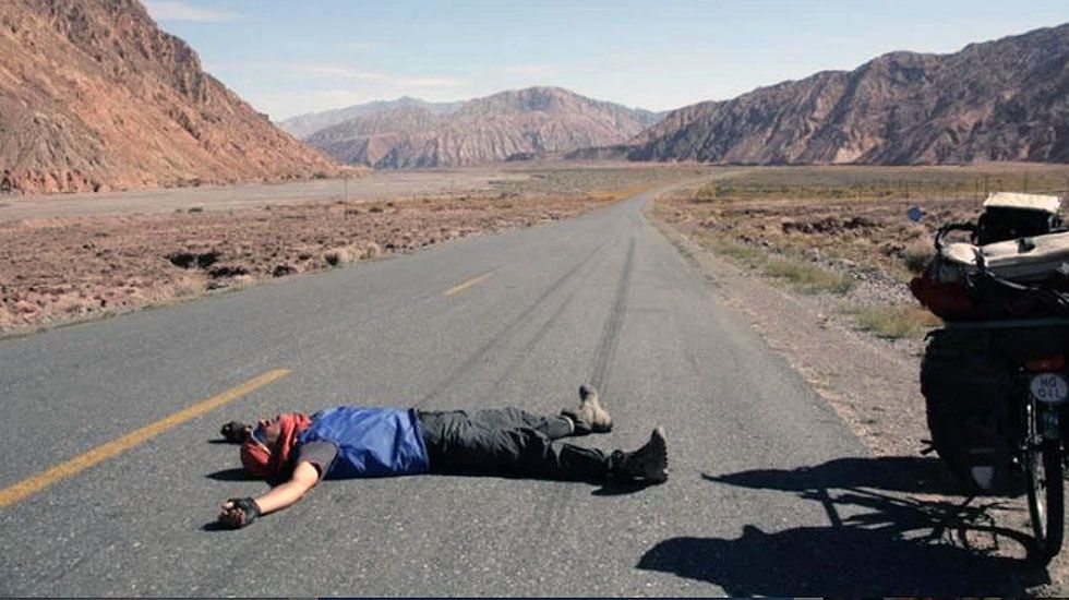 Álvaro Neil, agotado, bromea tumbado sobre una carretera sin tráfico en China.Álvaro Neil, agotado, bromea tumbado sobre una carretera sin tráfico en China