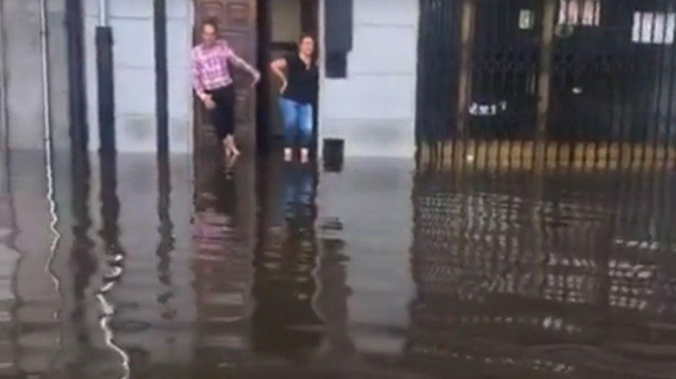 .Vecinos afectados por las inundaciones en Avilés