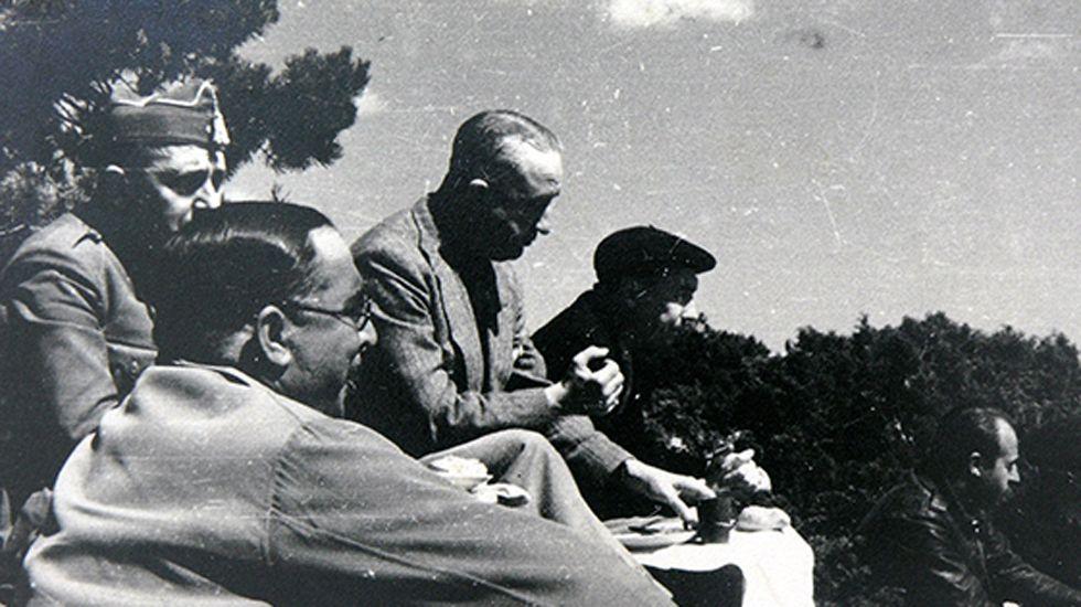 Los generales Aranda (en primer plano) y Dávila con periodistas extranjeros en el frente. Octubre de 1937