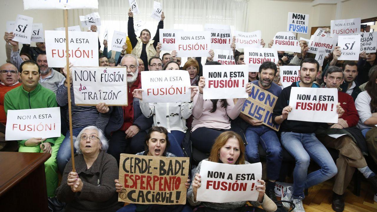 Vecinos opuestos a la fusión de Cerdedo y Cotobade, durante un pleno en el 2016