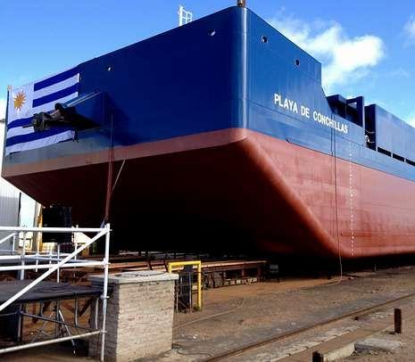 La primera barcaza de Galictio fabricada y bautizada en Uruguay