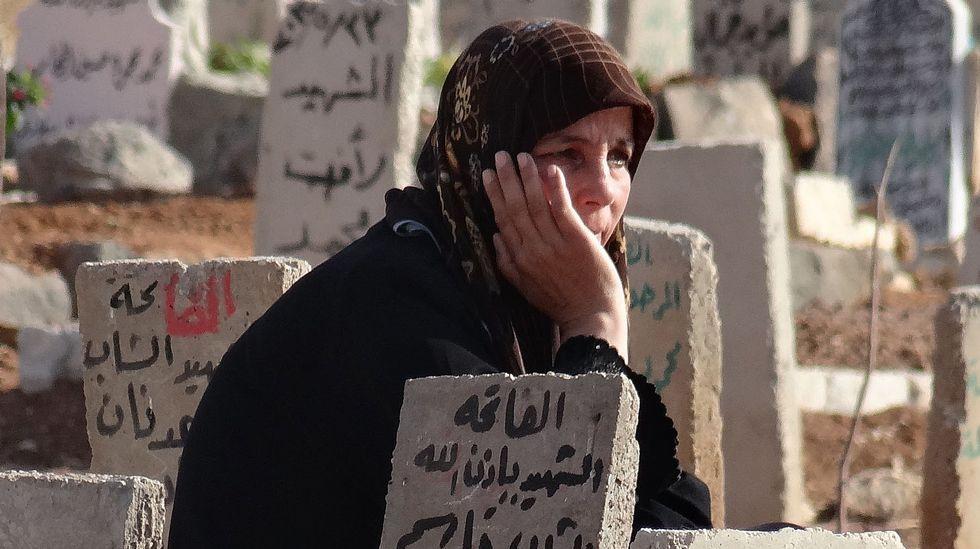 .Una siria ante la tumba de su hijo muerto en Daraa.
