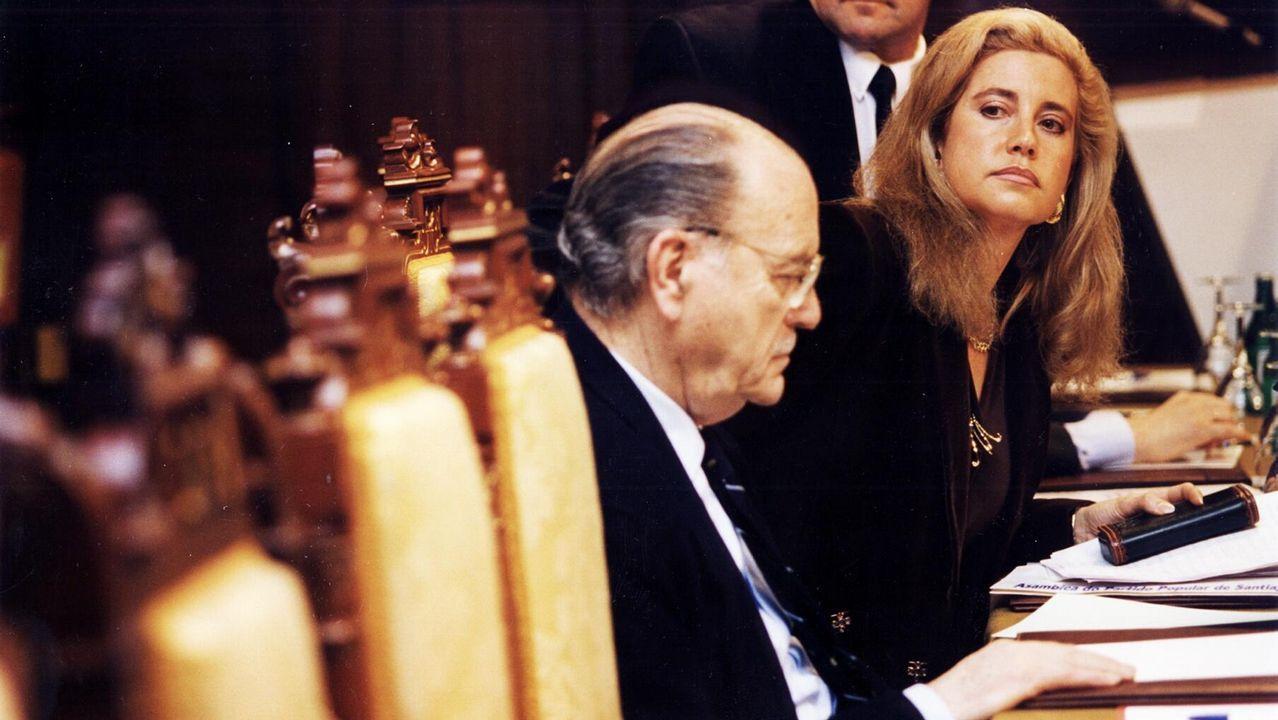 .Fernández Albor, ya como expresidente de la Xunta, es captado en esta imagen junto a la diputada María Jesús Sainz, en una reunión del PP