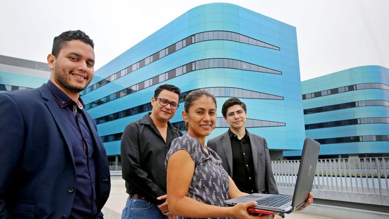 .Los cuatro comisionados de Honduras, delante del Hospital Álvaro Cunqueiro de Vigo