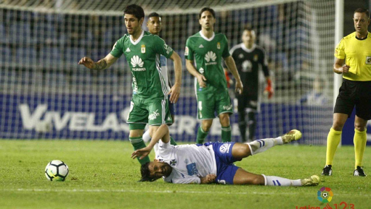 Saul Aaron Horizontal.Forlín se lleva un balón durante el Tenerife-Oviedo