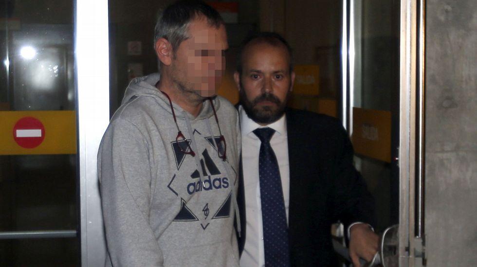 El arquitecto de la obra de la residencia La Minería, Manuel Sastre (i), sale en libertad sin fianza del Palacio de Justicia de Oviedo