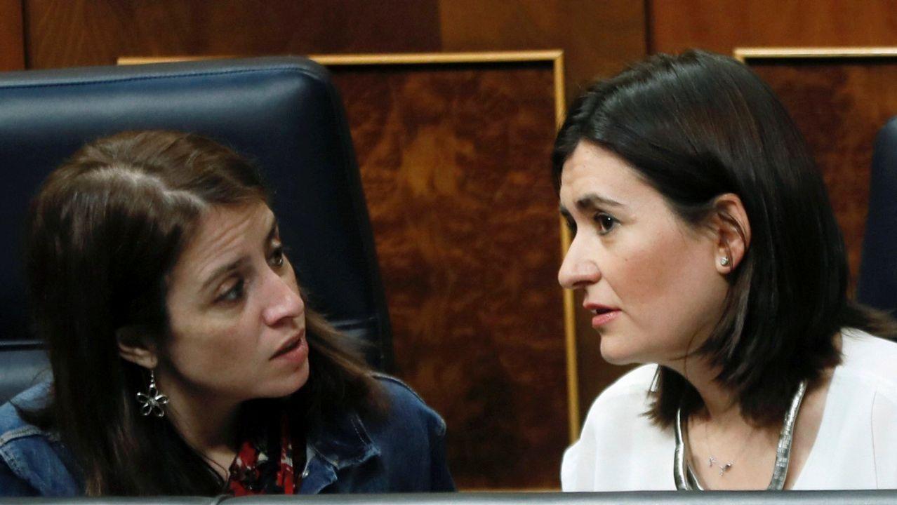 .La portavoz del PSOE, Adriana Lasta, conversa con la ministra de Sanidad, Consumo y Bienestar Social, Carmen Montón