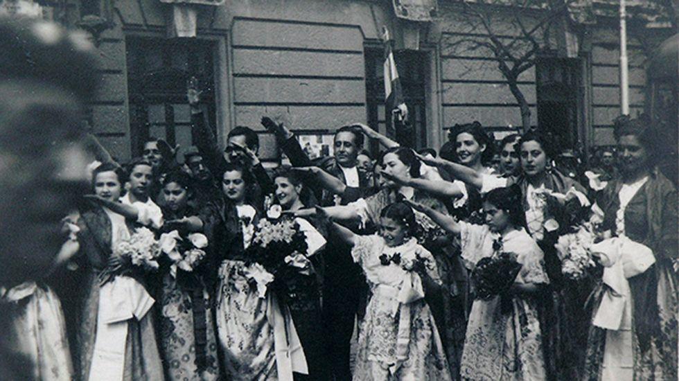 Valencianas recibiendo a las tropas del CEG. En el centro, el famoso cantante Miguel de Molina. Valencia, 28 de abril de 1939