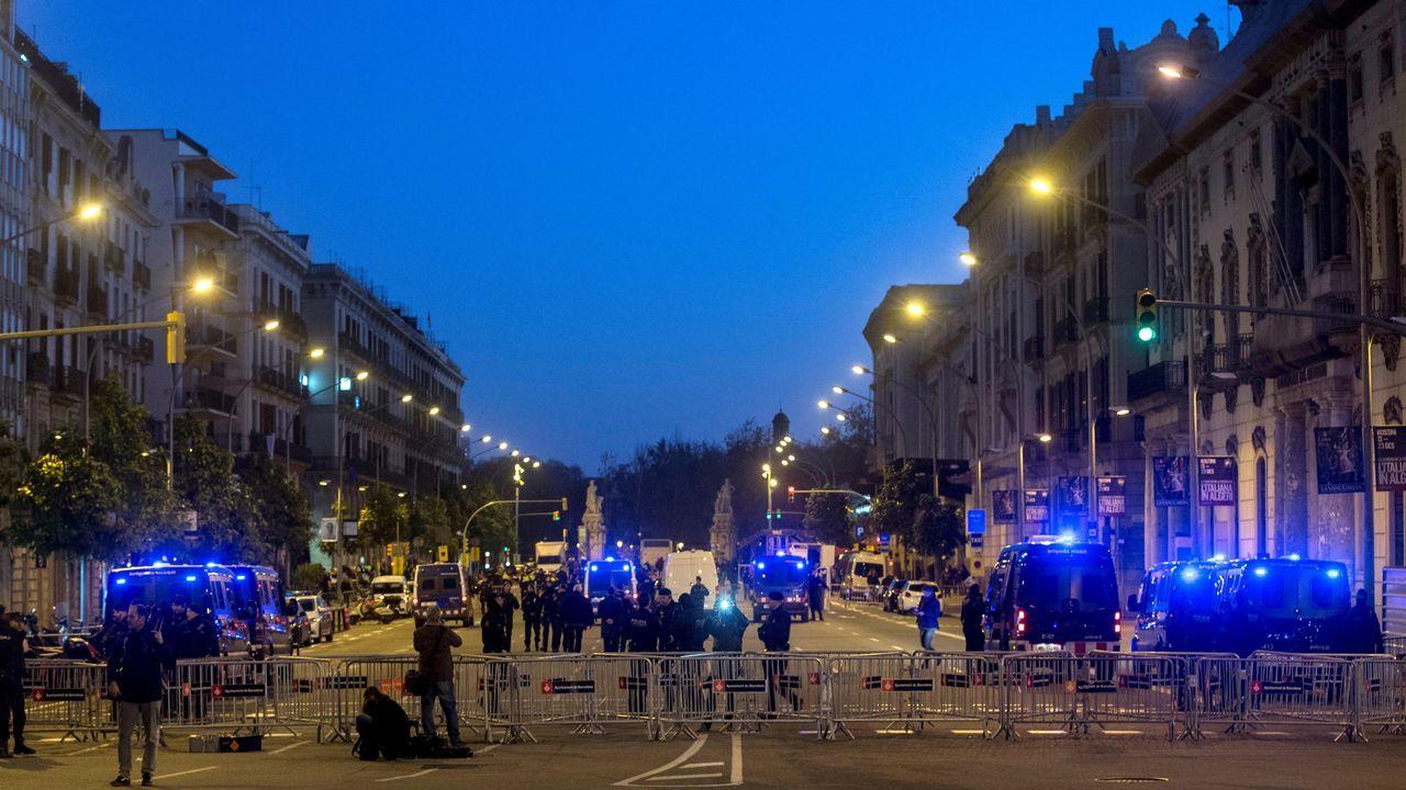 Miembros de las fuerzas de seguridad protegen la zona mas cercana a la Llotja de Mar de Barcelona