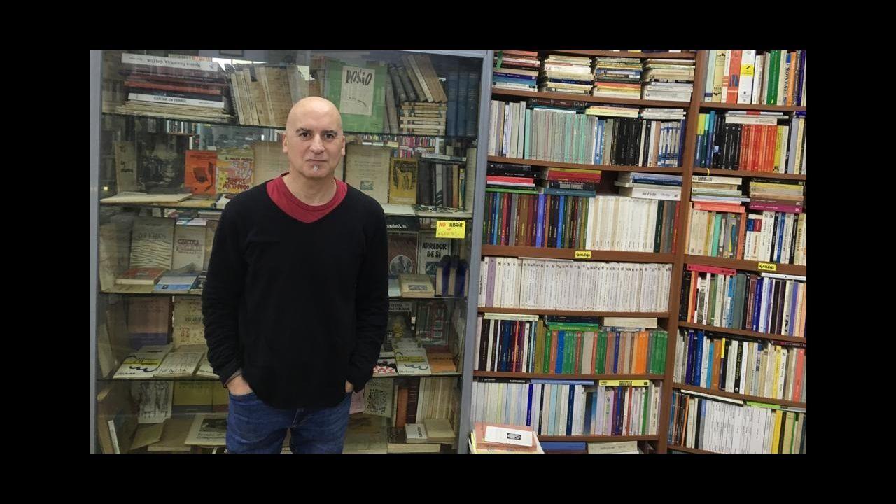 Jordi Sierra i Fabra: «Soy hijo de la lectura, leer me salvó la vida y escribir le dio sentido».O pintor Antón Lamazares con obras da exposición «Flor Novoneyra» en Santiago