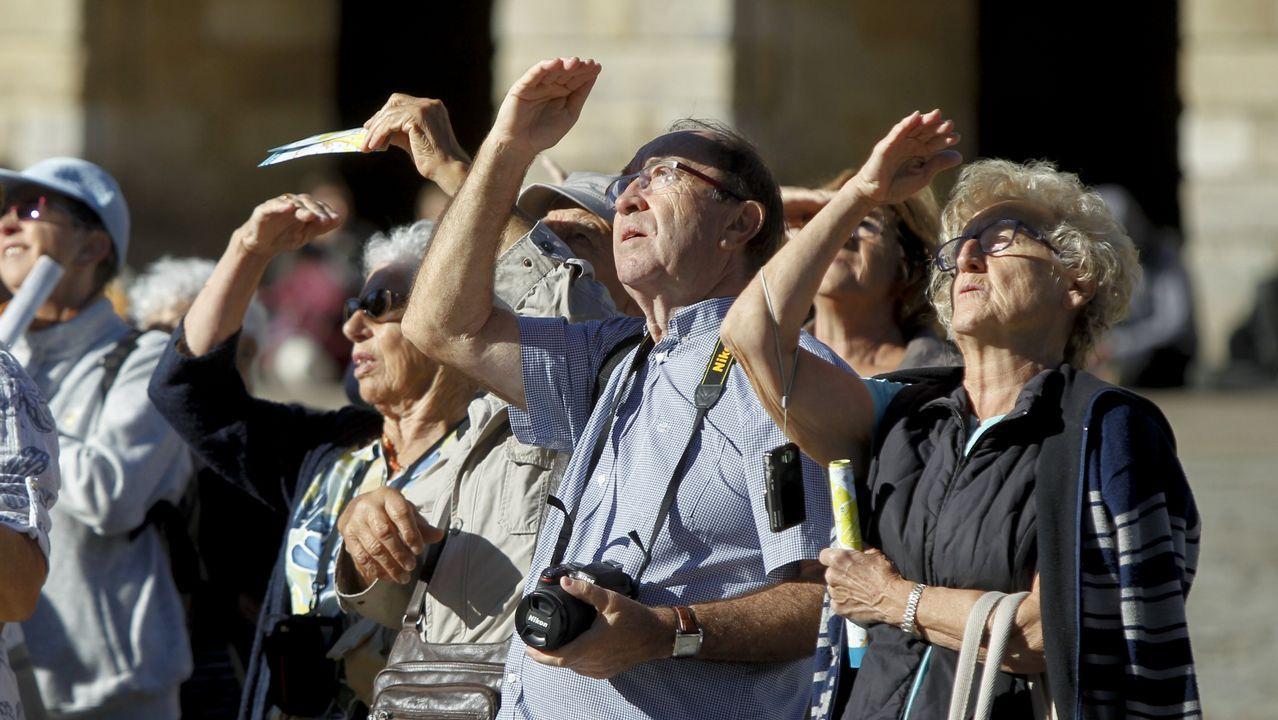 Turistas al sol en el Obradoiro