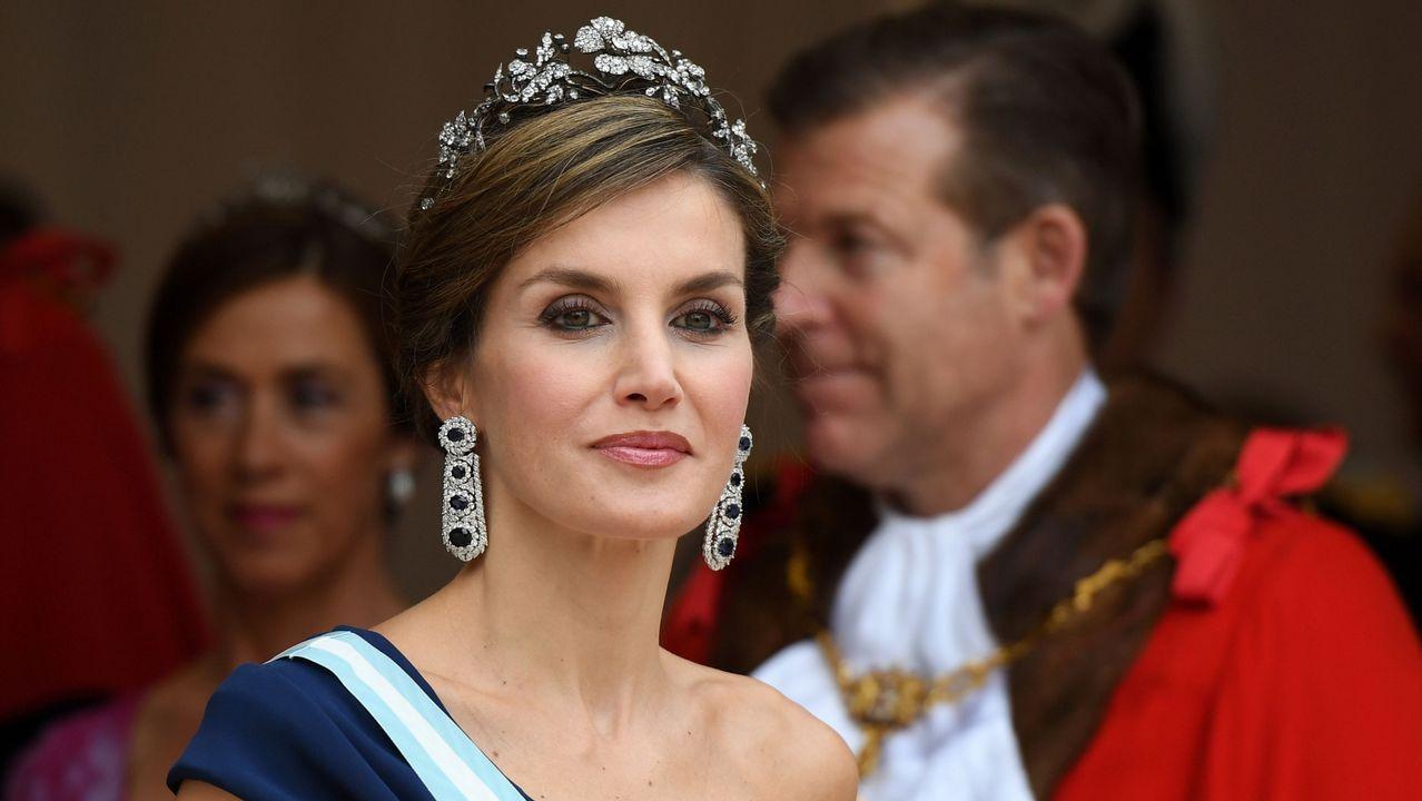 Letizia Ortiz deslumbra con sus looks en Reino Unido.Una tiara propiedad de la Reina Mary. La joya que la reina Isabel II prestó a Meghan Markle para su boda fue una tiara en forma de banda de diamantes creada en 1932 con un espectacular broche desmontabla al centro, hecho en 1893 y compuesto de 10 brillantes diamantes.