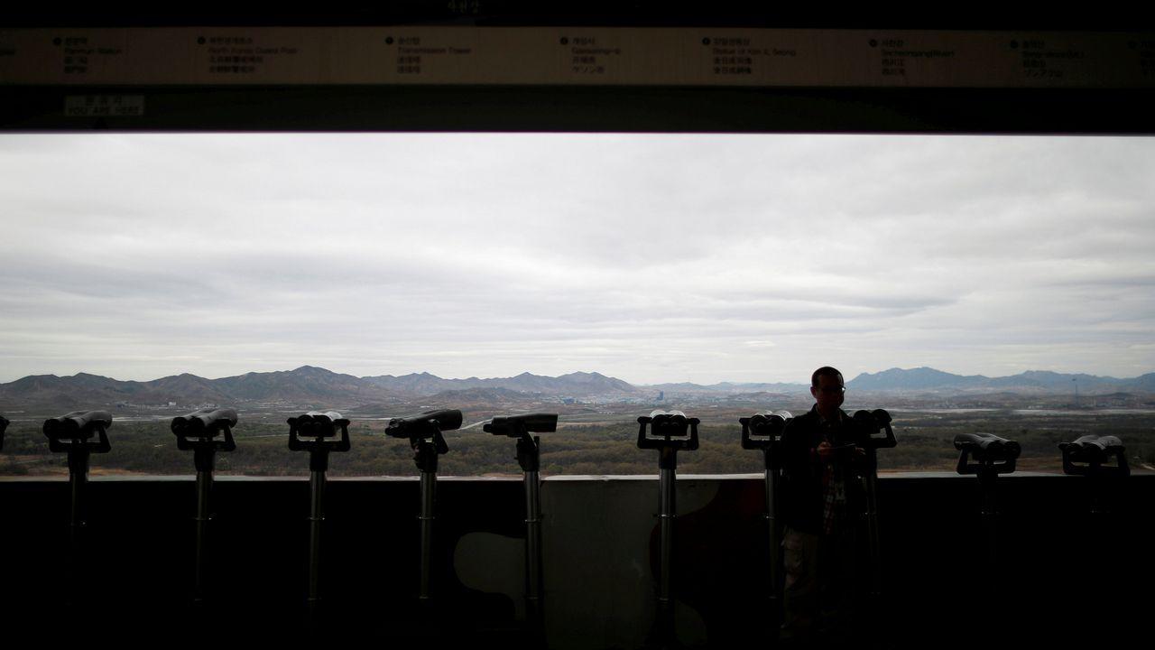 Un hombre observa la ciudad norcoreana de Gijungdong desde Corea del Sur
