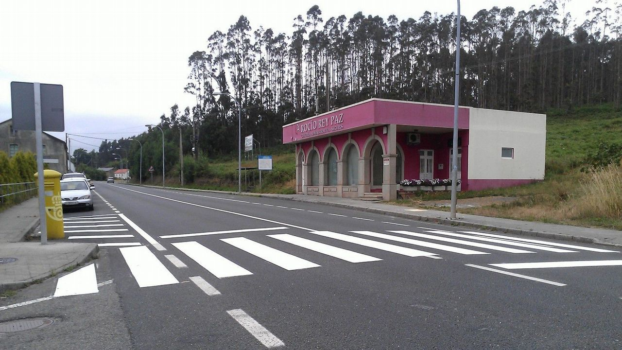Vídeo de Podemos sobre Alcoa.Un grupo de pasajeros consulta los vuelos en el Aeropuerto de Asturias