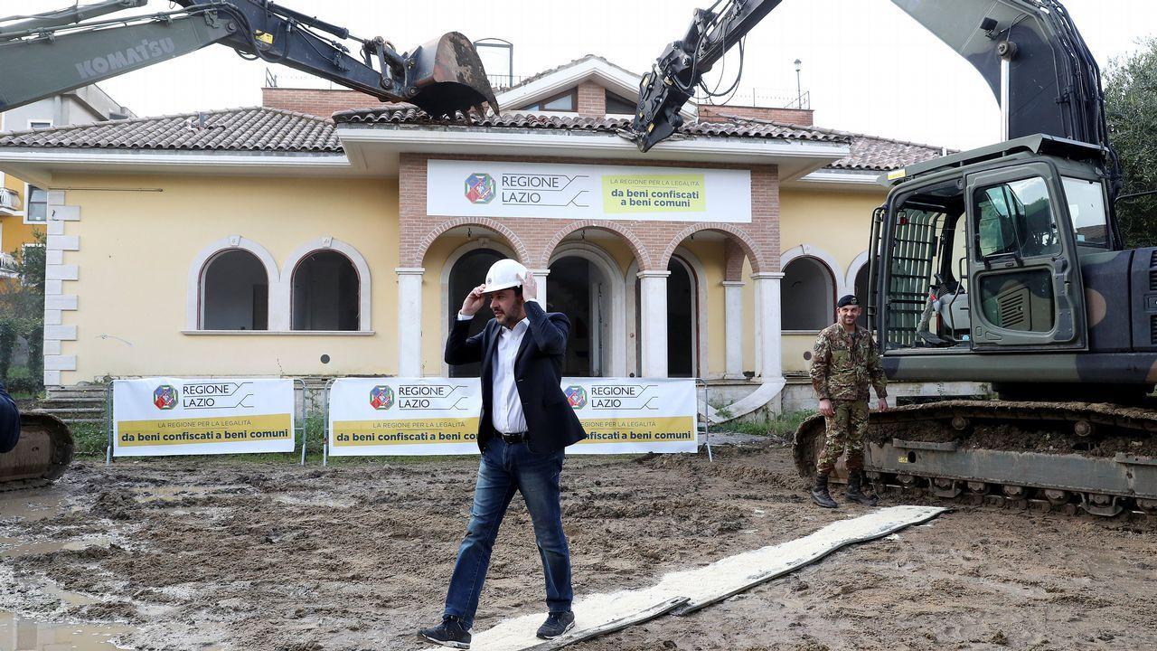 Oficina de empleo.Salvini, entre dos excavadoras que derriban un chalé propiedad de un mafioso en Roma