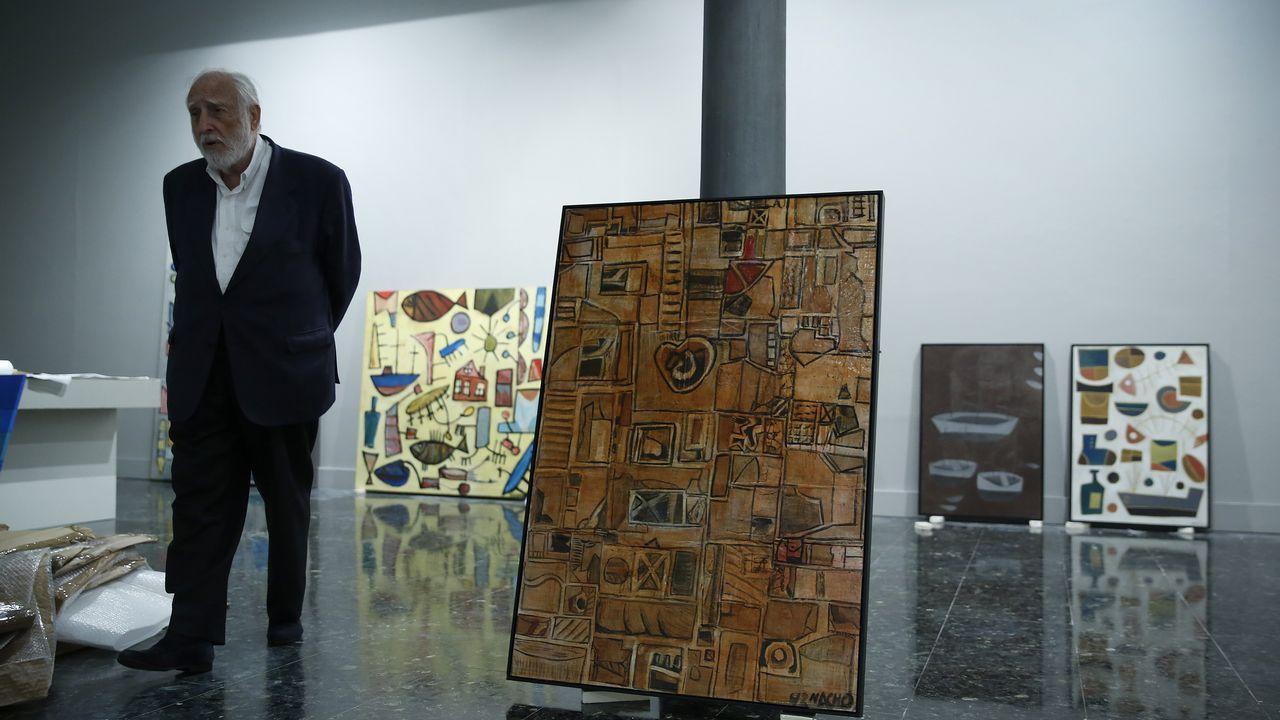 .El comisario con algunas de las obras de la muestra