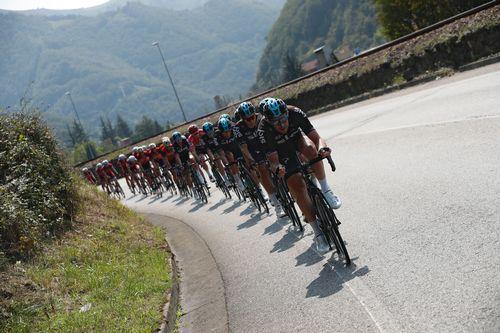 El ciclista que corona grafitis.El pelotón durante la decimonovena etapa de la Vuelta Ciclista a España, con salida en la localidad de Caso (Asturias)