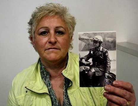 Gema muestra una imagen de su marido, asesinado por ETA hace 34 años.