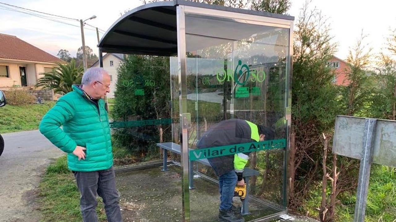Mezcla clásica de vidrio y metal que en este caso cuenta también con la denominación del lugar donde se sitúa la parada