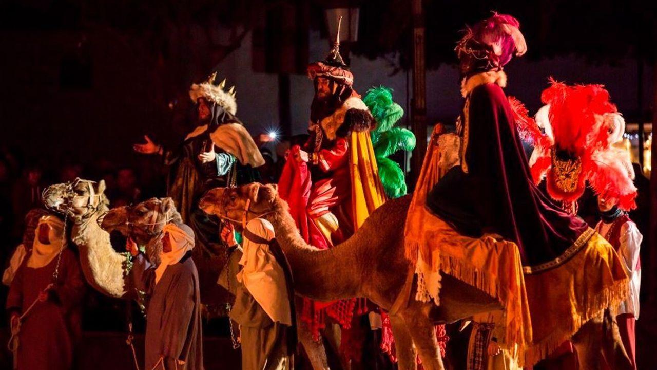 Imagen de un desfile con animales en una Cabalgata de Reyes