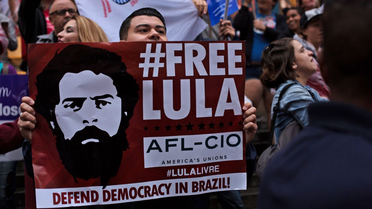 EN DIRECTO:Juan Guaidóaparece en públicotras su autoproclamación como presidente.Sao Paulo registra protestas diarias contra Bolsonaro