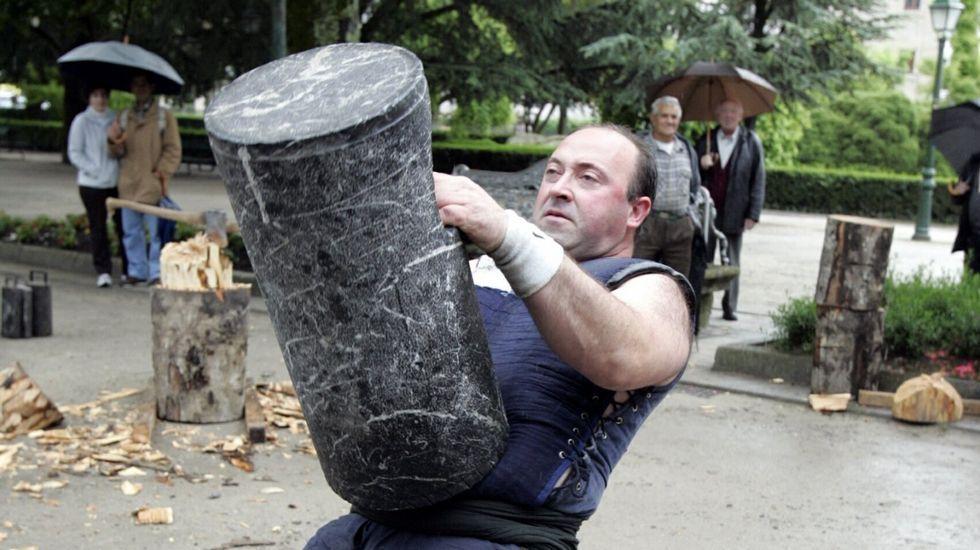 .Un aizkolari en una exhibición en Compostela