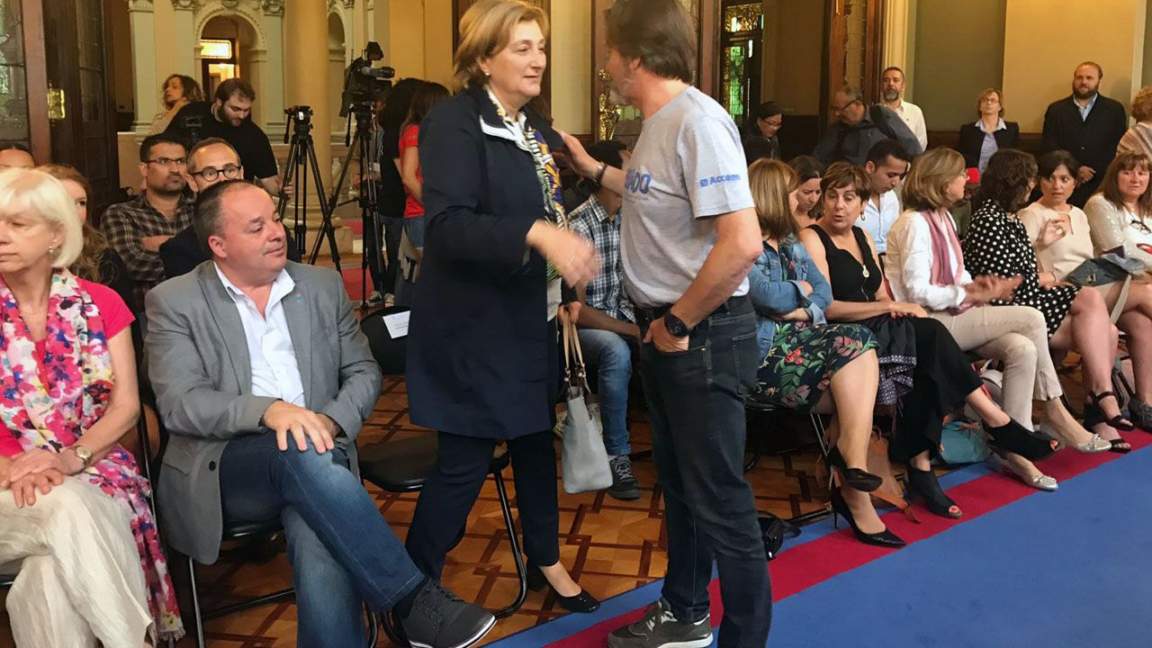 La delegada del Gobierno, Delia Losa, converca con Javier Mahía, de ACCEM