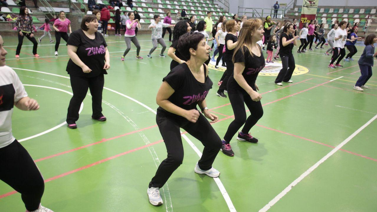 Jornada solidaria de zumba por el día del cancer.La zumba es una de las actividades de más exito en el recreo del IES María Casares.