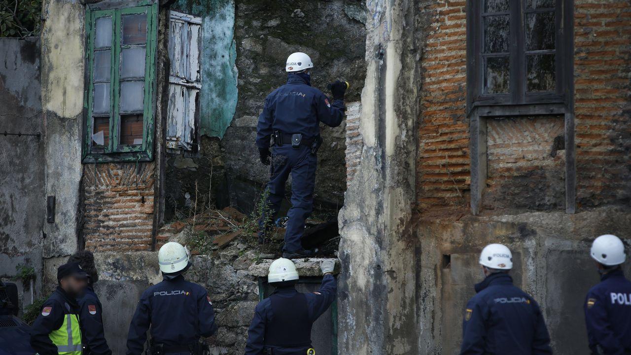 «Polvorín» con okupas en San Xoán.El alcalde asistió al inicio de la demolición y dijo que así se soluciona «un error histórico»