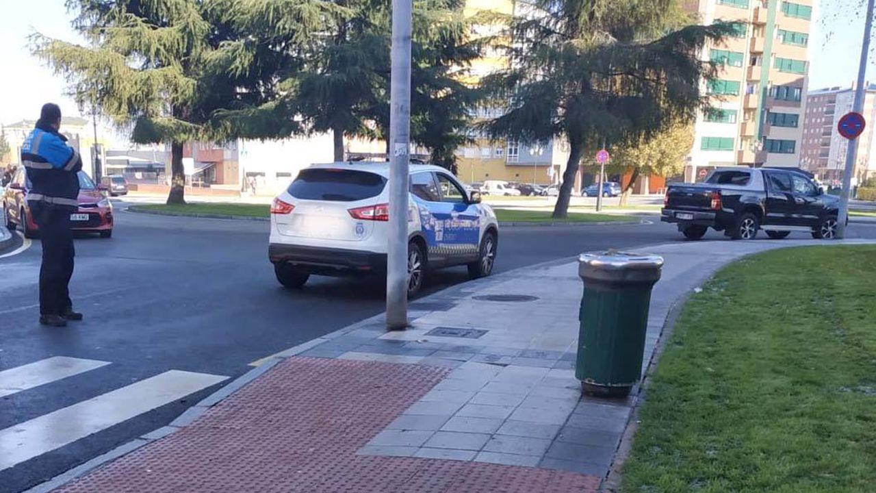Un camión cargado de túnidos pierde parte de su carga en Carril.Paso de peatones de Oviedo en el que una mujer sufrió un accidente por el hielo