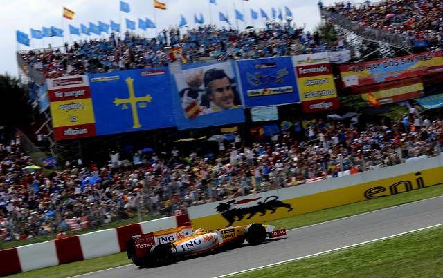 Lara Álvarez y Fernando Alonso.Fernando Alonso adelantaba también a Massa en la última vuelta y finalizaba quinto por detrás de los coches de la otra galaxia, los Brawn y los Toro Rosso.