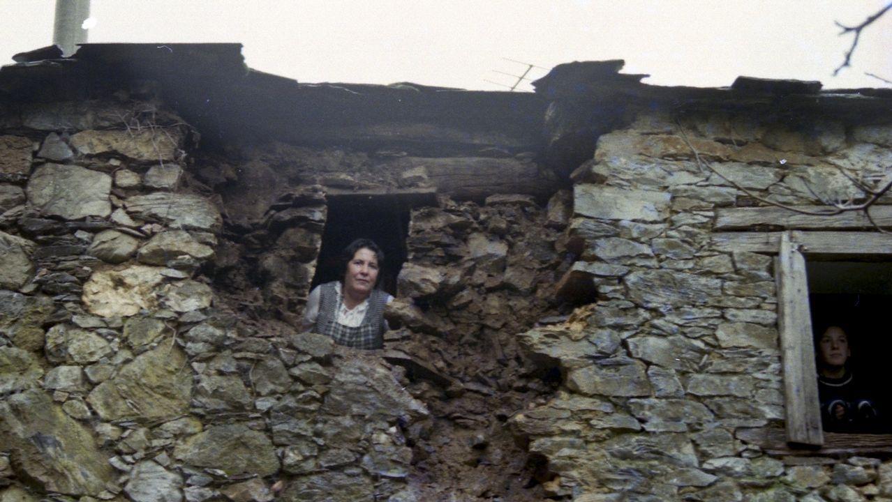 Segundo día de las labores de extinción de los fuegos de O Invernadoiro.Daños producidos en Becerreá (Lugo) por un terremoto de magnitud 4,6 el 24 de diciembre de 1995