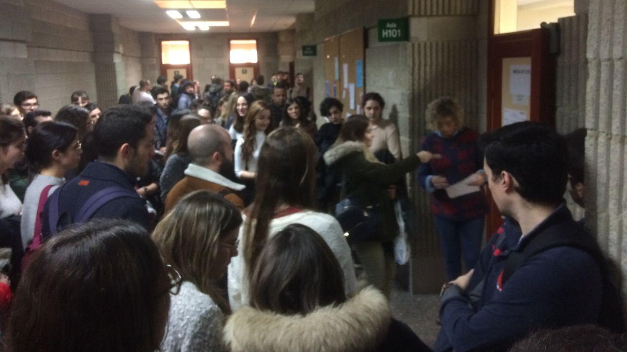 Momento en que los estudiantes comienzan a entrar por orden en las aulas para la prueba del MIR
