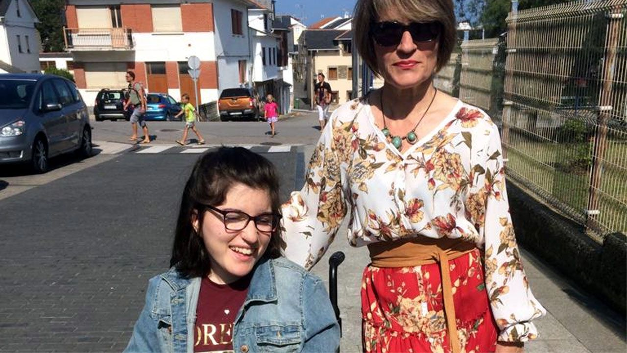 La joven Victoria Fernández González junto a su madre, Covi González